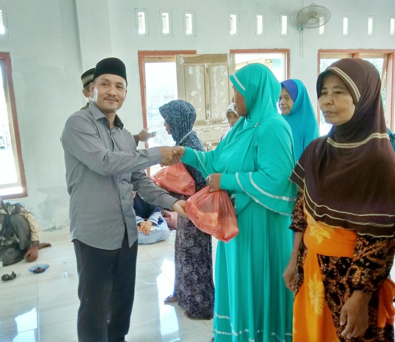 LAMPUNG POST   Pemerintah Desa Margajasa Beri Bantuan ke Kaum Dhuafa