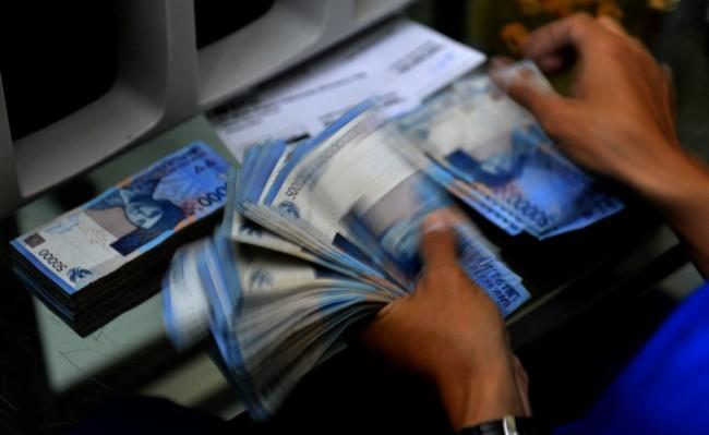 Merosot, Rupiah Tembus ke Rp13.600/USD
