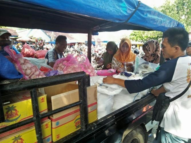 Bulog Lambar Gelar Operasi Pasar Sediakan 200 Kg Bawang Merah dan Bawang Putih