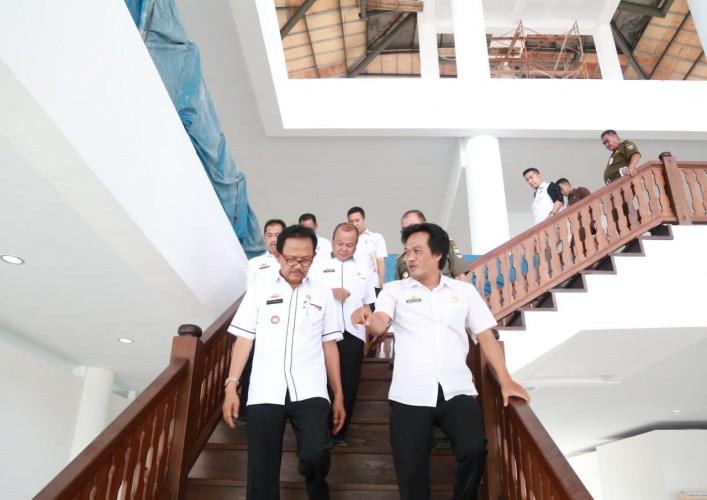 Bupati Agus Istiqlal Tinjau Pembangunan Gedung DPRD Pesisir Barat