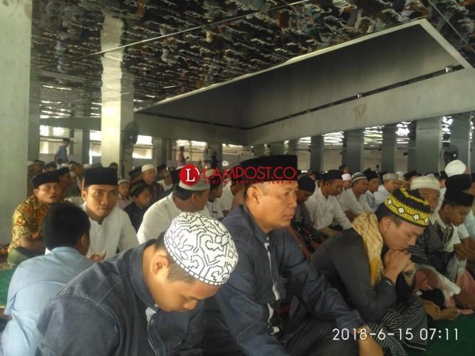 Bupati dan Wakil Bupati Tubaba Salat Id di Masjid 99 Asmaul Husna