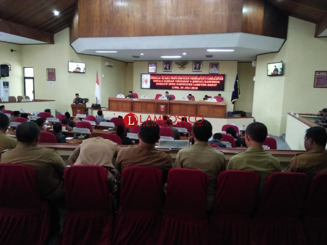 Bupati Lambar Minta 1 dari 4 Raperda Inisiatif DPRD Dikaji Ulang