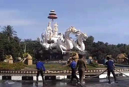 LAMPUNG POST | Fauzi Hasan Pimpin Bersih-bersih Jalan Lintas Panaragan Jaya