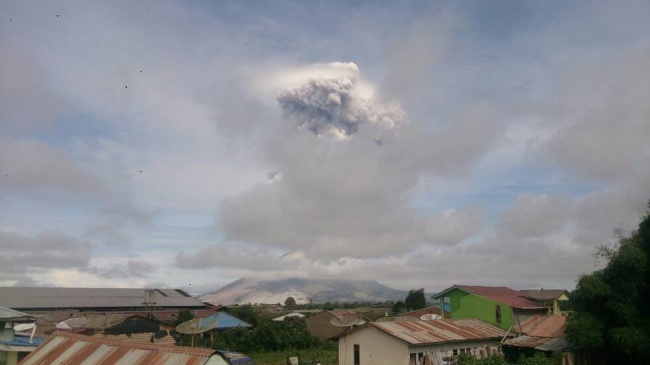 LAMPUNG POST   Sinabung Kembali Meletus, Semburkan Abu Hingga 4 Km