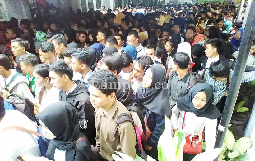 Ribuan Pelamar Transmart Membludak di Disnaker