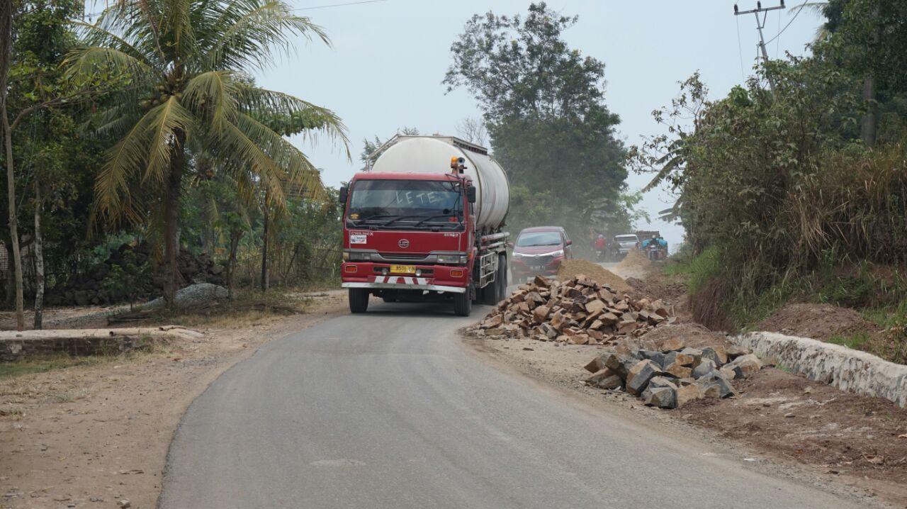 LAMPUNG POST   Pengendara Keluhkan Matrial Pembangunan Talud di Badan Jalan di Sidomulyo