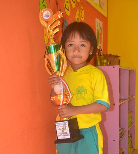 LAMPUNG POST | Firyal Zalfa Iftinan Senang Mewarnai Gambar