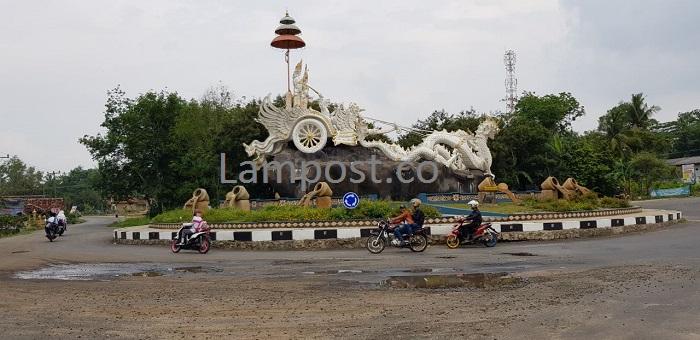 LAMPUNG POST | Warga Keluhkan Jalan Rusak di Tugu Rato