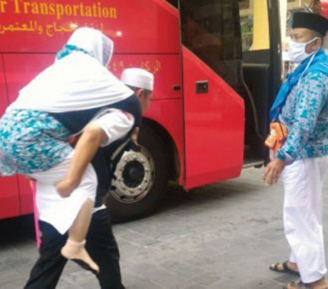LAMPUNG POST | Keramahan Petugas Haji Indonesia Terkenal di Tanah Suci