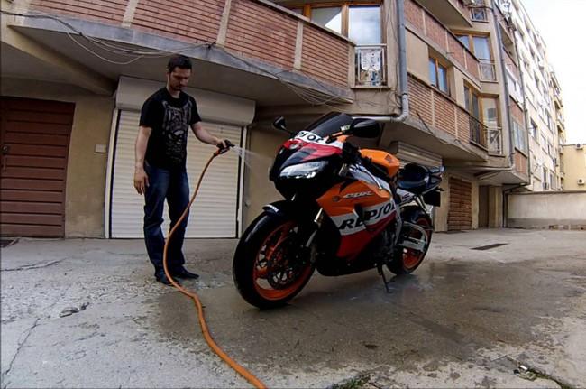 LAMPUNG POST | Jangan Mencuci Sepeda Motor Saat Mesin Panas, Ini Alasannya