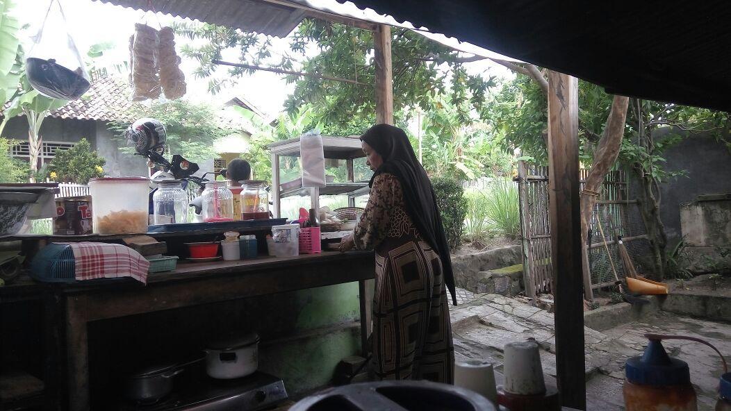 LAMPUNG POST | Semangat Juang Mulyani Berdagang Soto