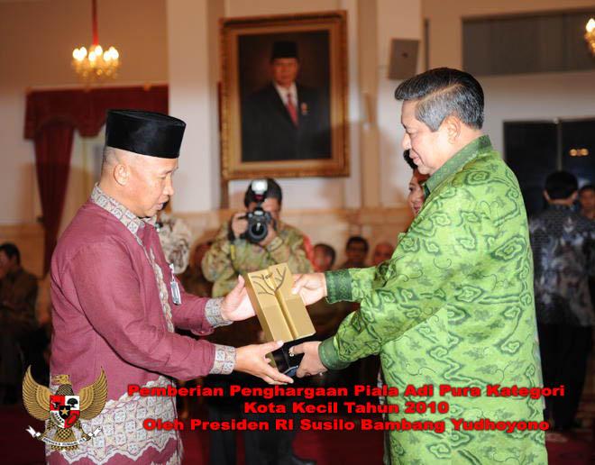 LAMPUNG POST | Dua Periode Pimpin Lampung Barat, Mukhlis Basri Terima Penghargaan Adipura Empat Kali