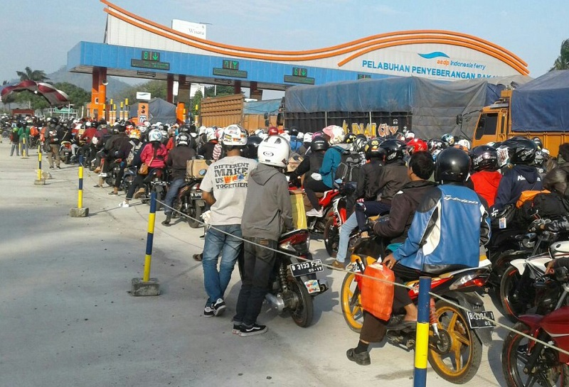 LAMPUNG POST | Ribuan Sepeda Motor Mulai Padati Pelabuhan Bakauheni