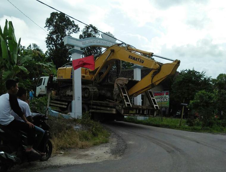 Gapura Desa Tanjungsari Roboh Diseruduk Truk Pengangkut Alat Berat