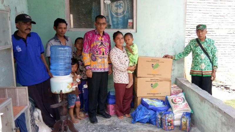 Camat Sragi Salurkan Bantuan Korban Angin Kencang