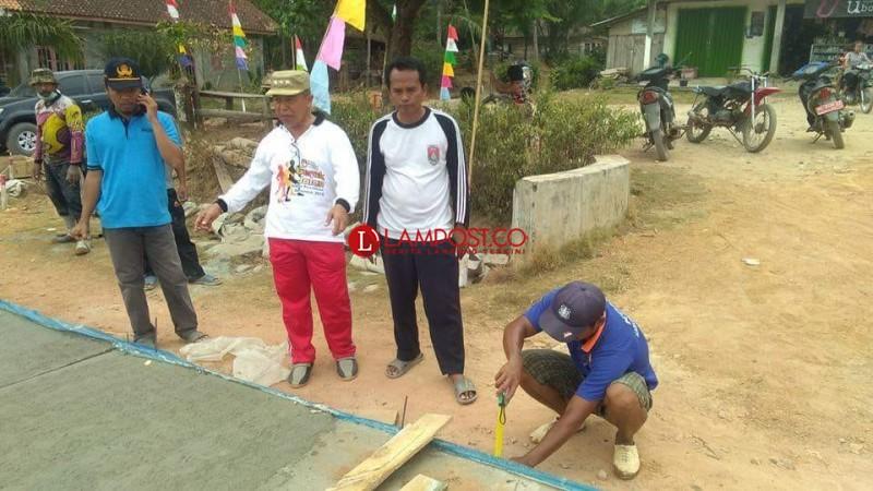 Camat Tanjungraya Puji Pembangunan Desa Tri Karyamulya