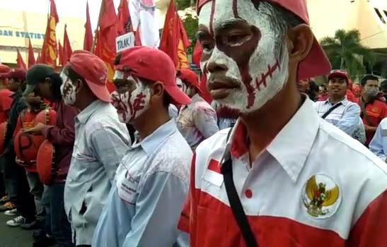 VIDEO: Demo Buruh di Lampung Tolak Penetapan UMP 2018