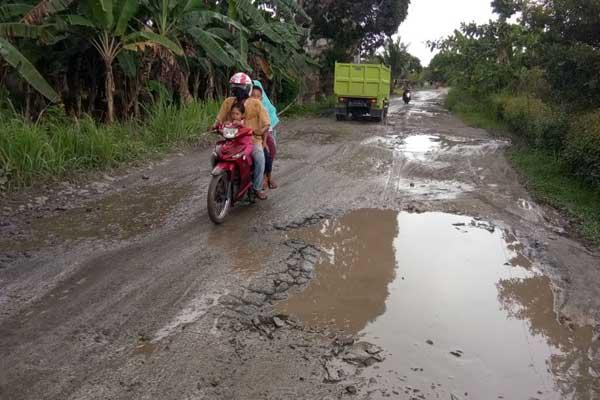 Hujan Deras, Jalan Poros Palas Dipenuhi Kubangan