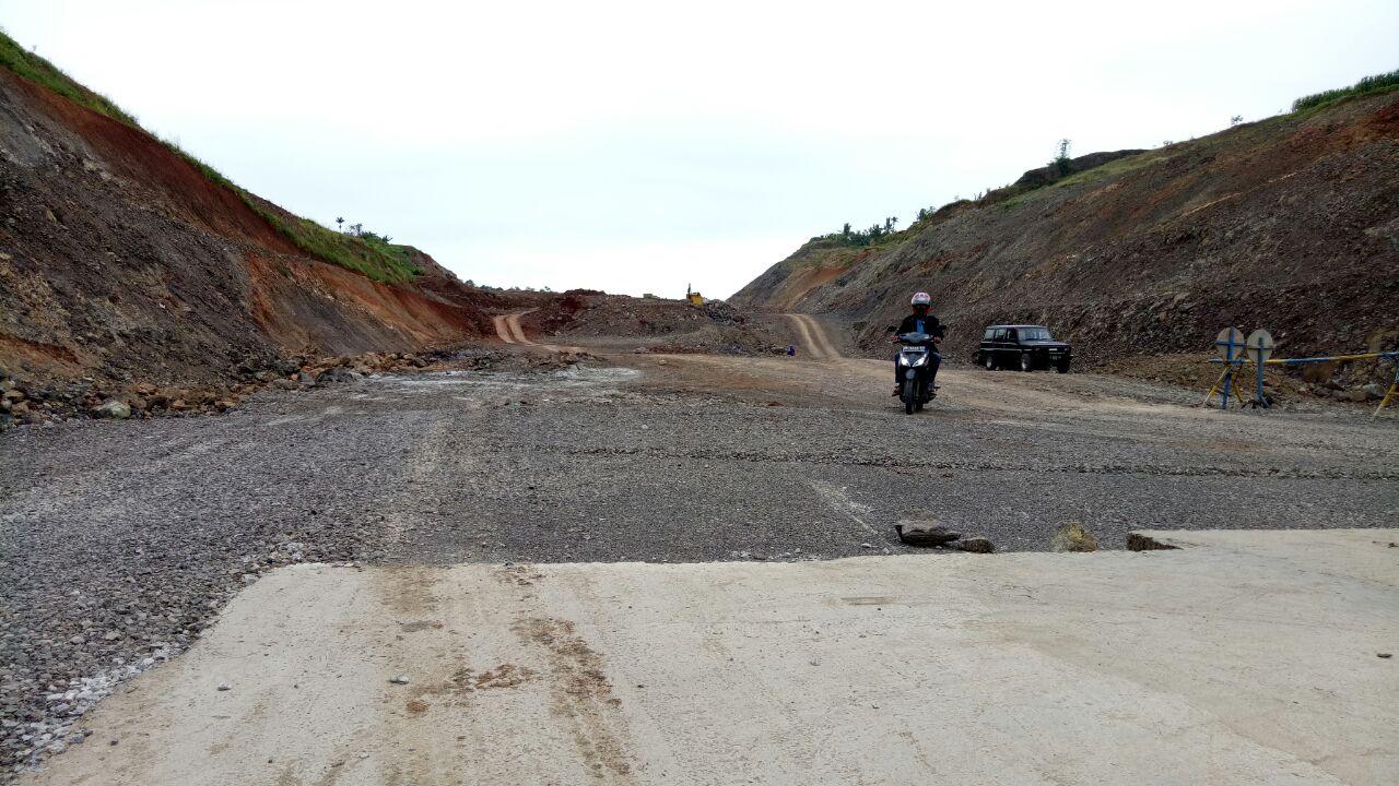 LAMPUNG POST | Bukit Batu STA 002 JTTS Masih Menjulang karena Kurang Alat Bor
