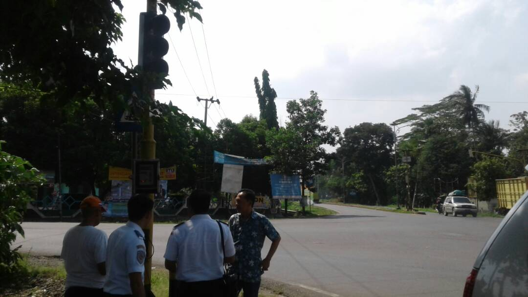 LAMPUNG POST | 3 Tahun Tak Berfungsi, Lampu Merah di Jalintim Desa Mataram Diperbaiki