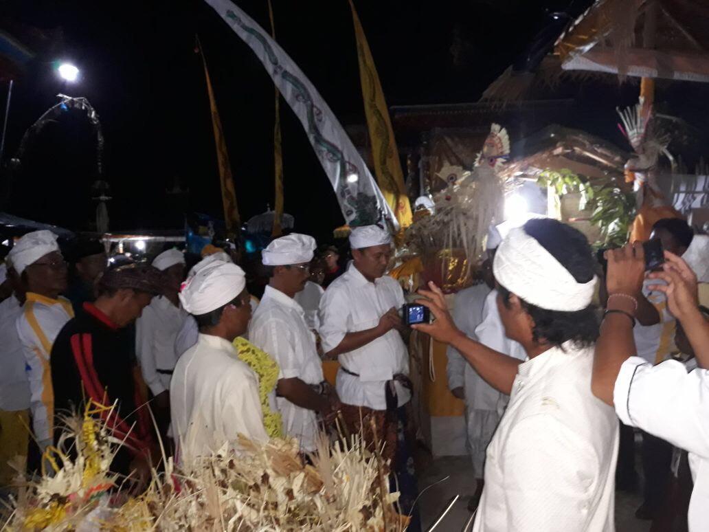 LAMPUNG POST | Bupati Mustafa Ngenteg Linggih Bareng Umat Hindu