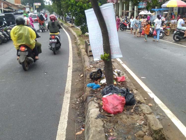 Warga Keluhkan Tumpukan Sampah di Median Jalan Pasar Tempel Rajabasa