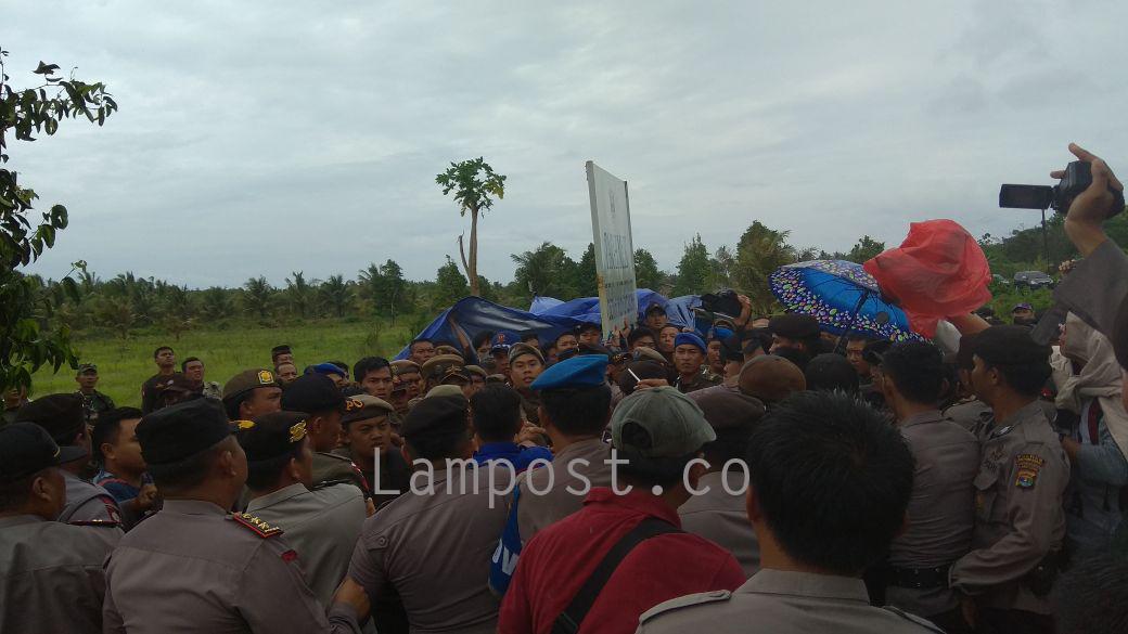 Proses Eksekusi Lahan di Biha Diwarnai Aksi Saling Dorong Polisi dan Satpol PP