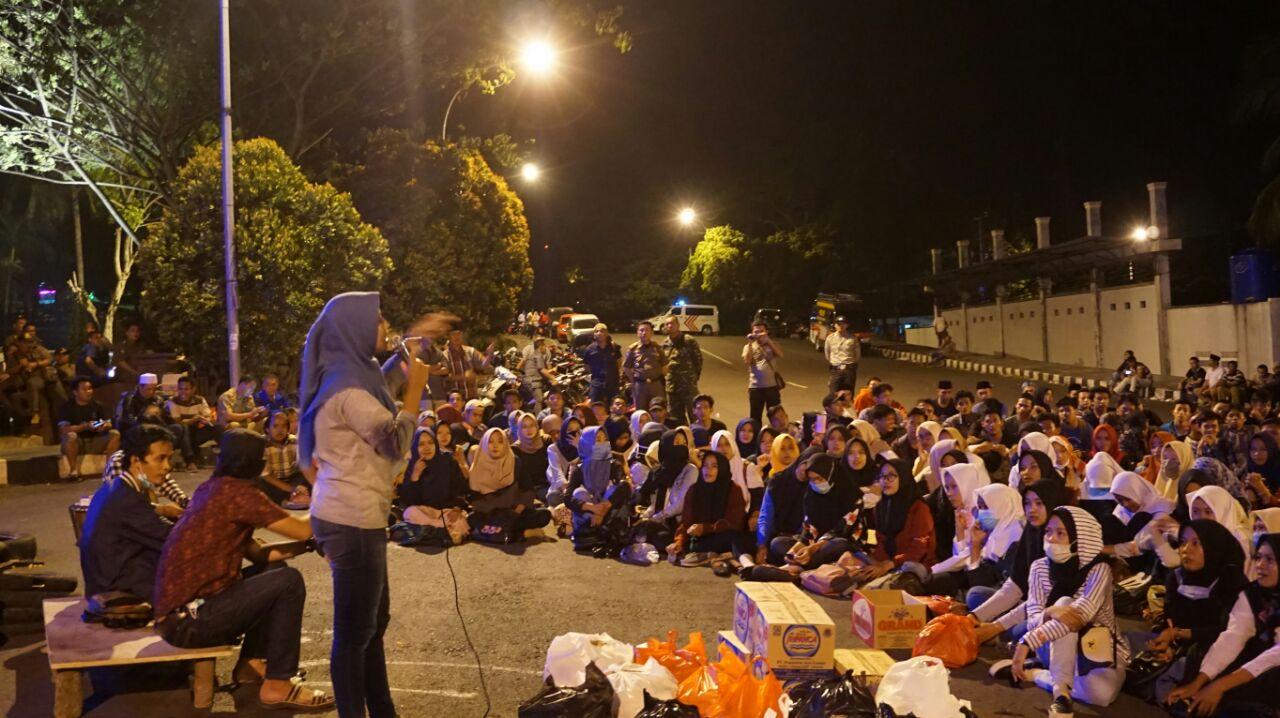 LAMPUNG POST | Massa PMII dan Front Muda Nahdliyin Masih Bertahan di Depan Kantor Bupati Lampung Selatan