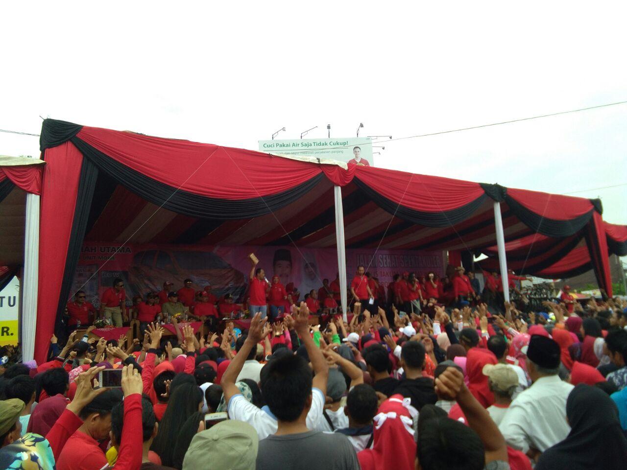 Ribuan Warga Hadiri Jalan Sehat Pengajian Rachmat Hidayat di Tugu Adipura