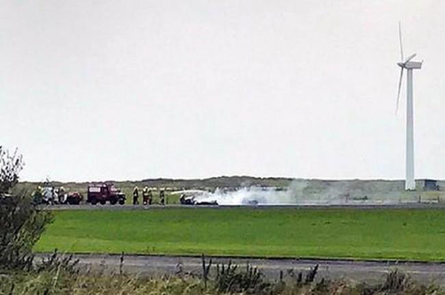 LAMPUNG POST | Sebuah Pesawat Mendarat Tanpa Roda dan Meledak di Landasan Pacu, Pilot Tewas