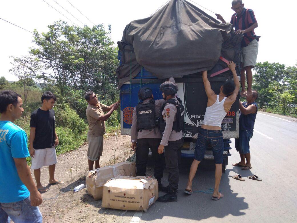 Patroli Brimob di Jalan Lintas Timur Membantu Pengendara