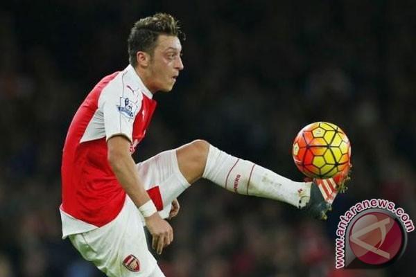 LAMPUNG POST | Wenger Siap Pertahankan Sanchez dan Ozil
