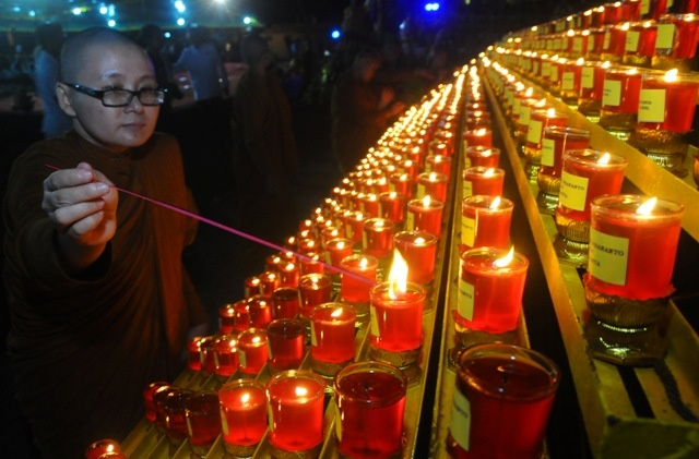 LAMPUNG POST | Pemercikan Air Berkah Tandai Detik-detik Waisak