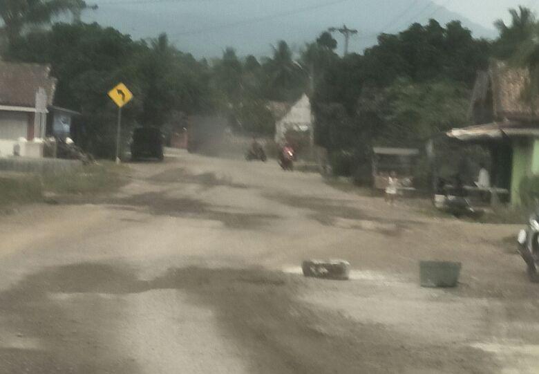 LAMPUNG POST | Warga Penengahan Keluhkan Debu Aktivitas Kendaraan Proyek Jalan Tol
