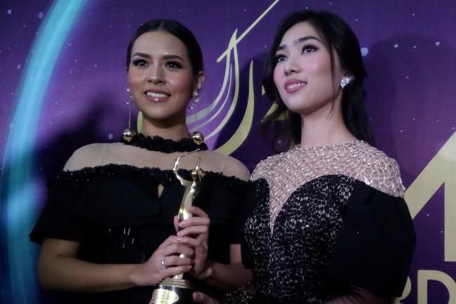 Raih Dua Piala di AMI Awards, Raisa dan Isyana Mengaku Speechless