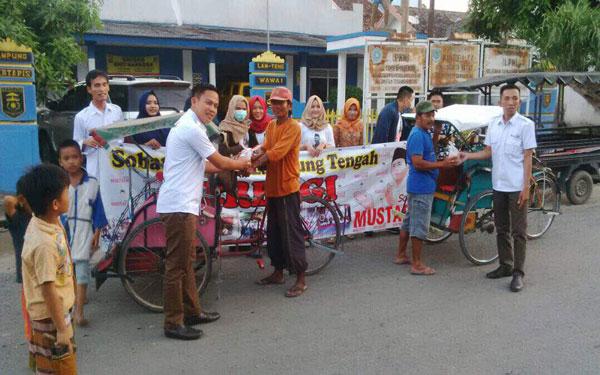 LAMPUNG POST   Aksi Sobat Mustafa Lampung Tengah Bagikan Takjil Gratis