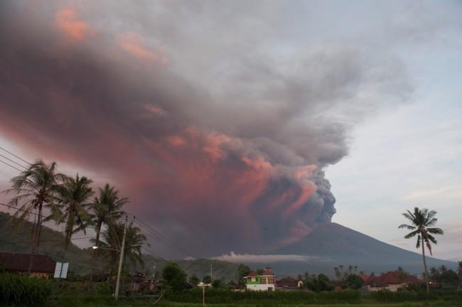 LAMPUNG POST | Pengungsi Gunung Agung Sudah Mencapai 40 Ribu