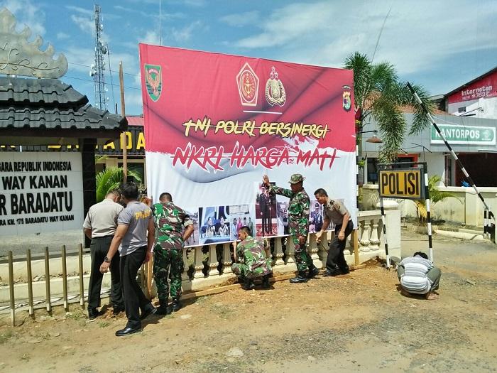 Tingkatkan Sinergitas, Anggota TNI-Polri Pasang Banner Bersama