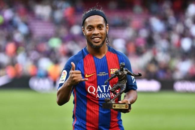 LAMPUNG POST | Ronaldinho Umumkan Gantung Sepatu