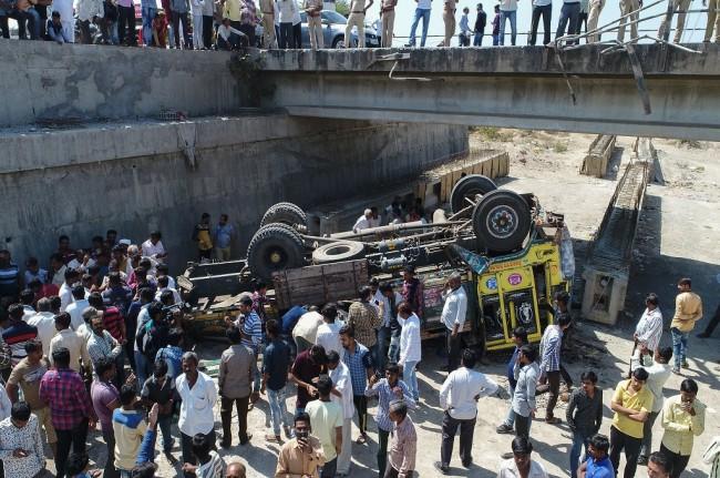 LAMPUNG POST | Truk Terjun dari Jembatan di India, 21 Orang Tewas