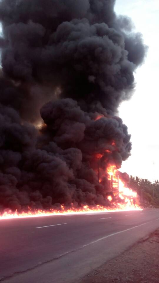 LAMPUNG POST | Pecah Ban dan Terguling, Truk BBM Terbakar di Depan SPBU