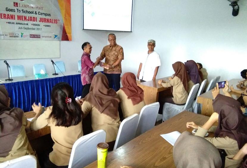 LAMPUNG POST | Berbagi Ilmu Jurnalistik, Lampung Post Goes To School Sambangi SMA YP Unila