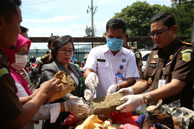LAMPUNG POST | LAMPOST TV: Kejari Bandar Lampung Musnahkan Narkoba dan Obat Daftar G