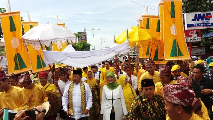 Parade Budaya Antarkan Arinal-Nunik Daftar di KPU
