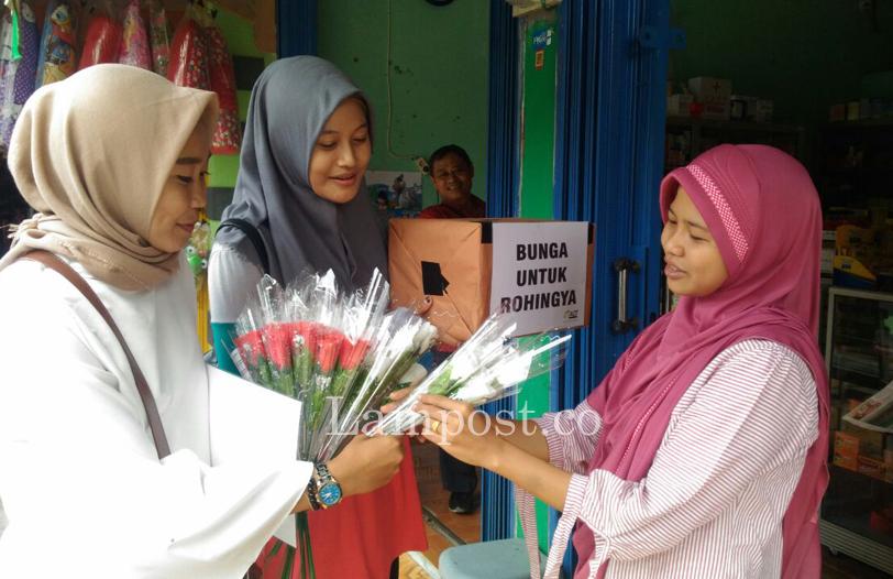 LAMPUNG POST | Komunitas-Relawan Sragi Tebar Bunga Untuk Muslim Rohingya