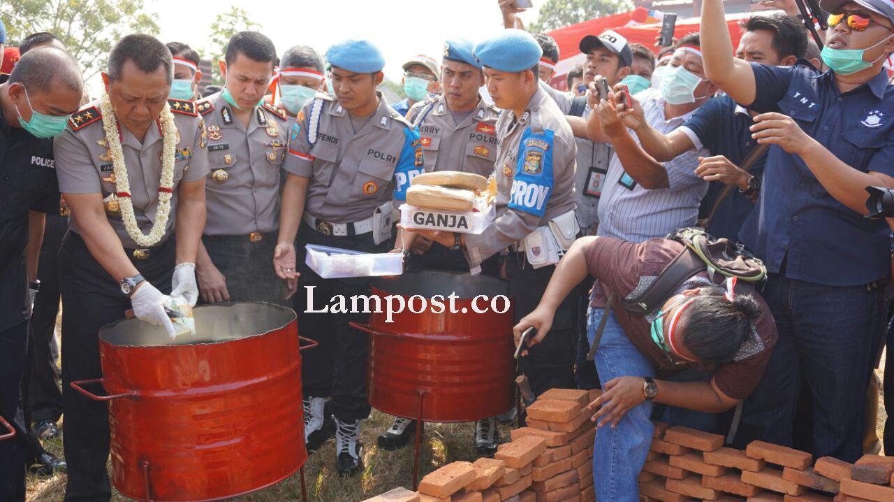 LAMPUNG POST | 3,7 Kilo Sabu, Ratusan Kilo Ganja dan Ribuan Pil Ekstasi Dimusnahkan