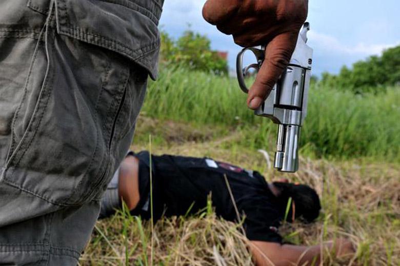 LAMPUNG POST | Di Depan Istrinya, Penyadap Karet Tewas Ditembak Kawanan Begal
