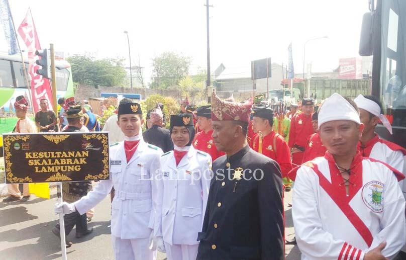LAMPUNG POST   Pasukan Kerajaan Sekala Bkhak Lampung Ikuti Kirab Budaya FKN di Cirebon