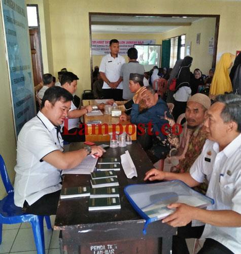 LAMPUNG POST   131 Jemaah Calon Haji Lampung Barat Diberi Vaksin Meningitis