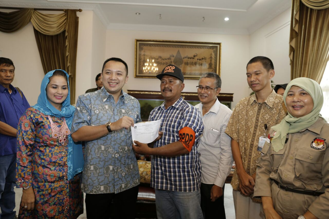LAMPUNG POST | KPU dan PPDP Lampung Lakukan Coklit di tumah Gubernur Lampung